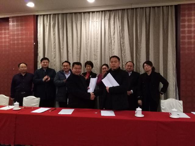 麟源牡丹籽油总经理王连岗与北京华妍生物科技有限公司杨志华总经理签订合作协议