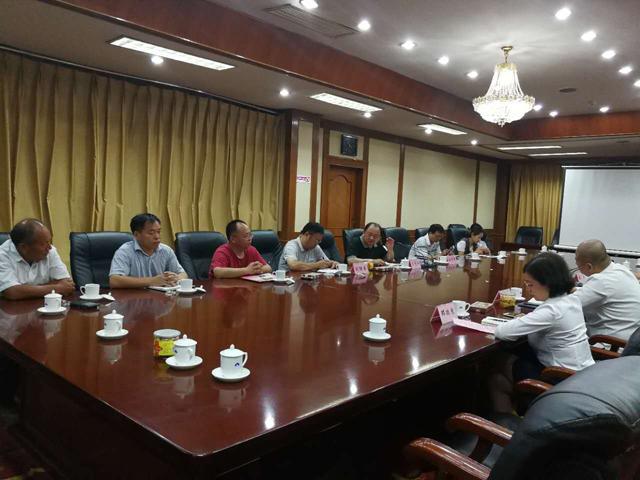 菏泽市牡丹办主任王志江及菏泽牡丹龙头企业负责人进行了座谈