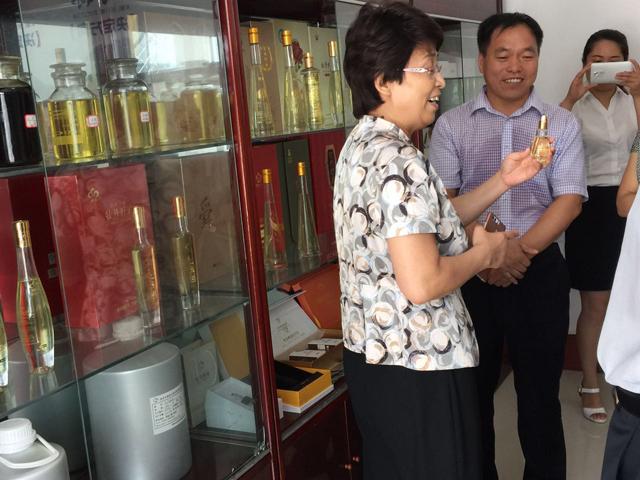 7月17日菏泽市副市长侯婕、牡丹区副区长李治一行麟源牡丹产业发展情况