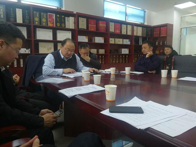 菏泽市牡丹加工企业会议在麟源牡丹会议室召开,牡丹产业办王志江主任作紧张报告